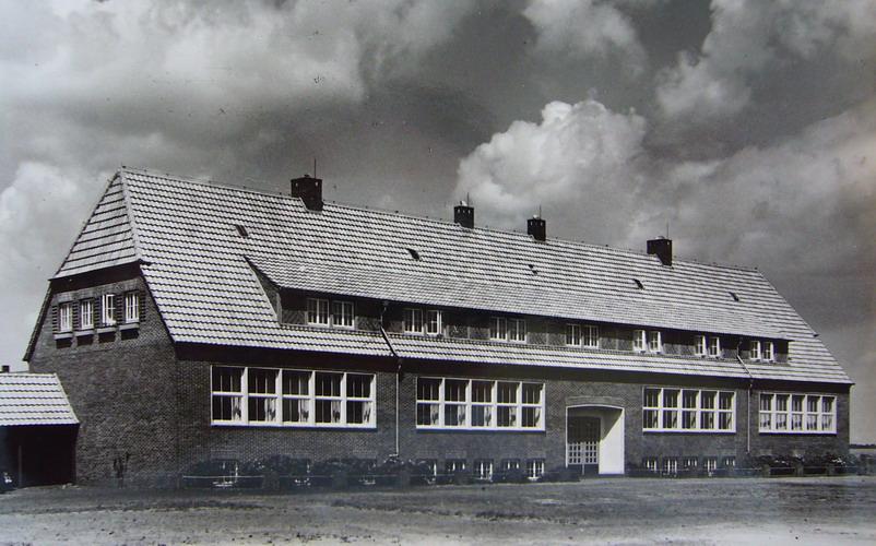 So sah das Gebäude der Grundschule Hundsmühlen in den Anfangsjahren aus.