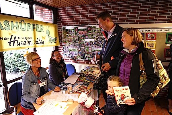 Der Förderverein der Grundschule war mit einem Büchertisch vor Ort und warb um Buch-Patenschaften für die Schulbücherei.
