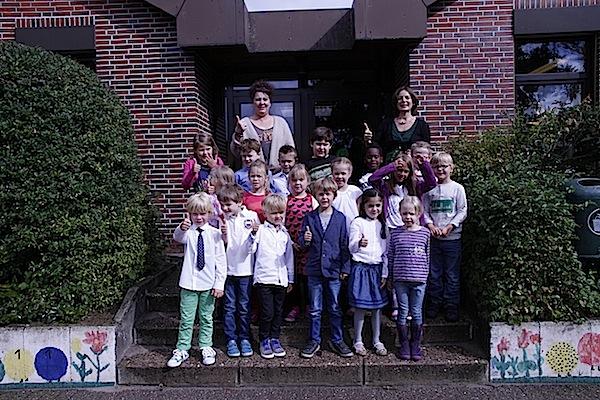 Die neue Klasse 1b mit der Klassenlehrerin Frau Weise (rechts) und Frau Hövelmeyer (Päd. Mitarbeiterin).