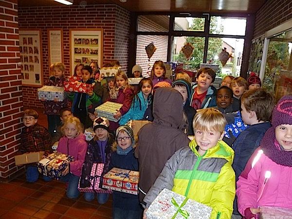 Auch beim Einladen der Päckchen halfen unsere Schülerinnen und Schüler.