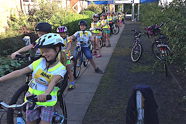 Die Klasse 3b beim ADAC-Fahrrad-Parcour.