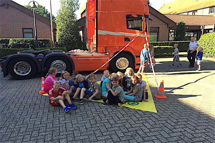 """Aktion """"Toter Winkel"""" beim Projekttag Verkehrssicherheit."""