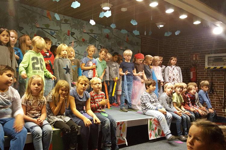 Unter der Leitung von Gabi Schumann hatten die 2. Klassen für das Herbstforum ihre Auftritte vorbereitet. Foto: Weise