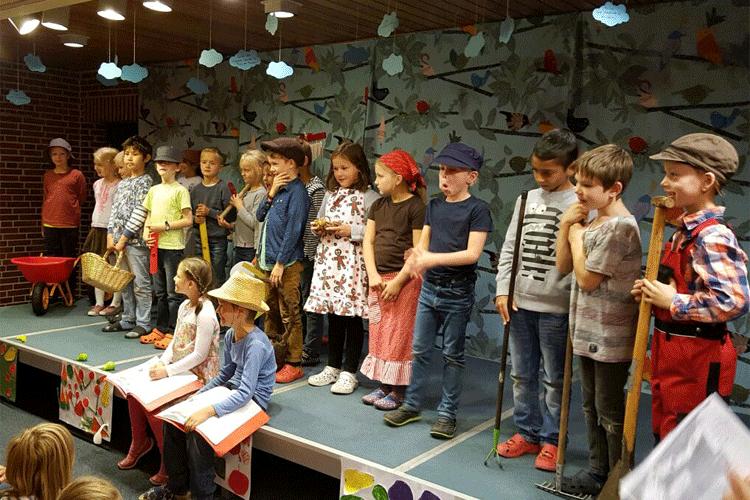 Die Schülerinnen und Schüler der 2. Klassen beim Herbstforum. Foto: Weise