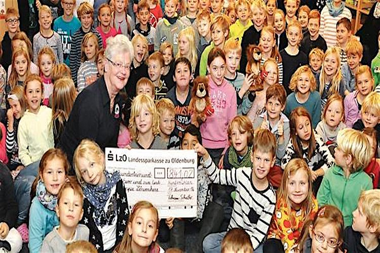 Brigitte Haase vom Kinderhospiz bekommt den Spendenscheck der Grundschule Hundsmühlen. Foto: NWZ / Patrick Buck